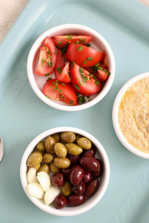 מסבחה עדשים כתומות עם זיתים וסלט עגבניות בבלוג כל הדברים הטובים