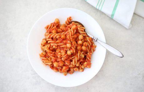 פסטה מהירה ברוטב עגבניות וגרגירי חומוס (טבעוני, אפשרות ללא גלוטן)