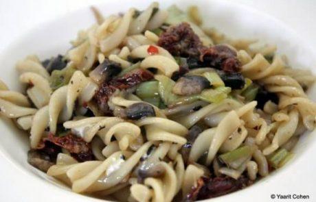 פסטה בשמן זית, פטריות, כרישה ועגבניות מיובשות (טבעוני)