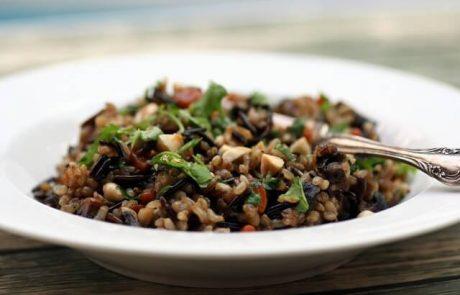 תבשיל אורז מלא וירקות (טבעוני, ללא גלוטן)