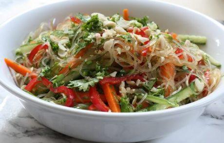 סלט אטריות שעועית קר עם ירקות – ספרינג רול מפורק (טבעוני, ללא גלוטן)