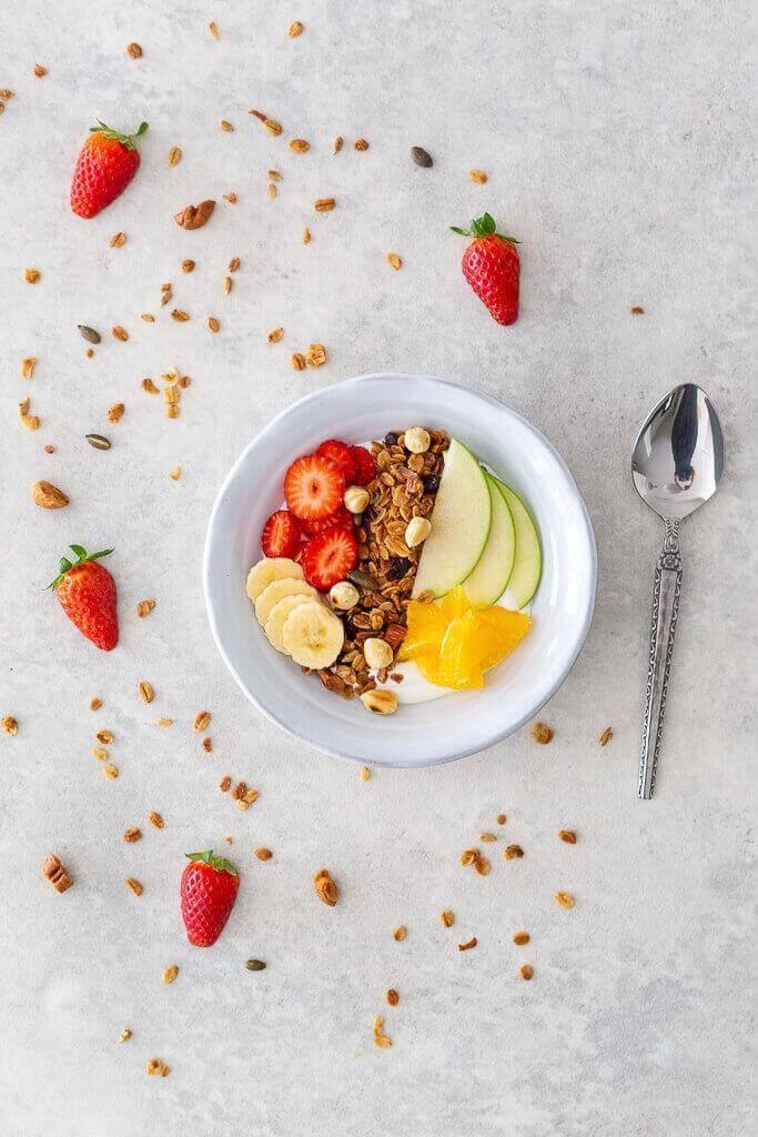 גרנולה ביתית עם יוגורט ופירות בבלוג כל הדברים הטובים