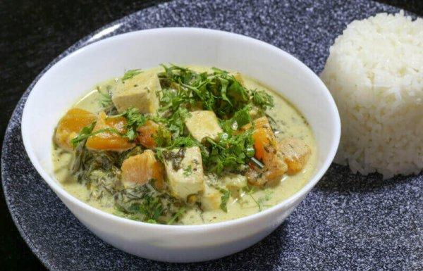 תבשיל קארי ירוק עם טופו, דלעת וחלב קוקוס (טבעוני, ללא גלוטן)