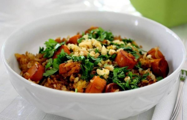 אורז מוקפץ עם נקניקיות סויה