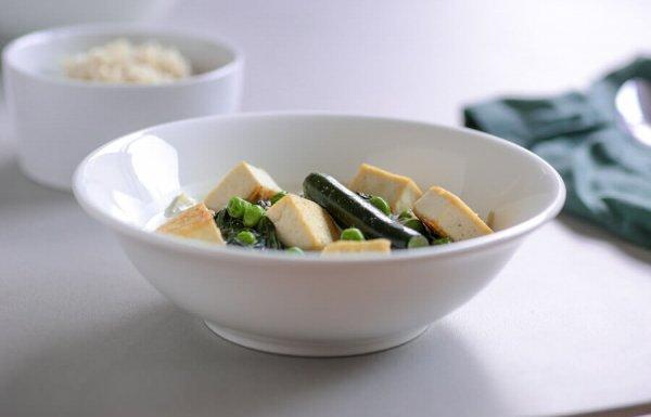 קארי ירוק עם זוקיני, תרד, אפונה וטופו (טבעוני, ללא גלוטן)