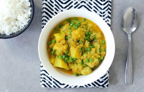 תבשיל קארי עם תפוחי אדמה, גרגירי חומוס ואפונה ירוקה (טבעוני, ללא גלוטן)